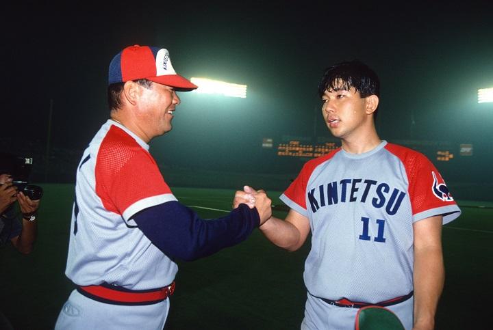 微妙な笑顔の2人? 近鉄・野茂英雄、16与四球の完投勝利(1994年7月1日)